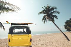 Baksida av tappningbilen som parkeras på den tropiska stranden royaltyfri bild