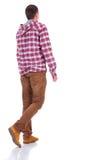 Baksida beskådar av gå tonåring i plädskjorta med huven Royaltyfri Bild