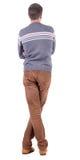 Baksida beskådar av stilig man i tröjan och jeans som ser upp. Arkivfoton