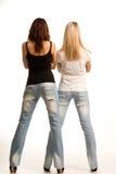 Baksida beskådar av två sexiga flickor Arkivbild