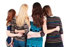 Baksida beskådar av gruppen av unga kvinnor som diskuterar och håller ögonen på. Arkivfoton