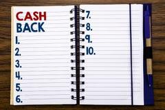Baksida Cashback för kassa för handstiltextvisning Affärsidé för pengarförsäkring som är skriftlig på anteckningsbokanmärkningspa arkivfoton