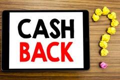 Baksida Cashback för kassa för handstiltextvisning Affärsidé för pengarförsäkring som är skriftlig på minnestavladatoren på träba fotografering för bildbyråer