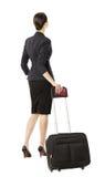 Baksida för affärskvinna i flygplatsen som isoleras över vit, businesswom Arkivfoto