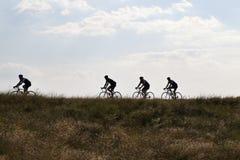 Baksida tända cyklister Arkivbilder