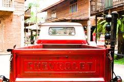 Baksidan av den röda klassiska Chevrolet apache pickupet för parkerar garnering på förbudsmällen Khen Royaltyfri Bild