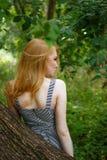 Baksidan av den redheaded flickan Royaltyfri Bild