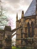 Baksidan av Lincoln Cathedral som visar det, är bågar, Lincolnshire royaltyfri foto