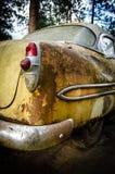Baksidan av 1953 rostade den gamla bilen Royaltyfri Bild