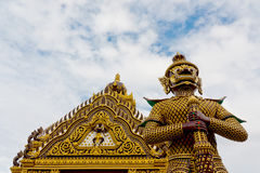 Baksidt av den jätte- guarden på ett tempel av Thailand. Fotografering för Bildbyråer