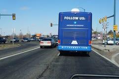 Baksidt av den Romney aktionbussen Arkivfoto