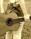 baksidt bak gitarrkvinna arkivbilder