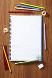 Baksidt till blyertspennor och blocket för skolaelevkonst Royaltyfri Bild