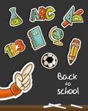 Baksidt till den skolasymboler och handen på blackboarden Fotografering för Bildbyråer