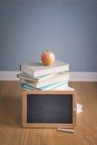 Baksidt till skolan med blackboarden Arkivfoton