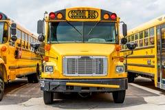 Baksidt till skolbussen arkivfoto