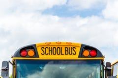 Baksidt till skolbussen Arkivbild