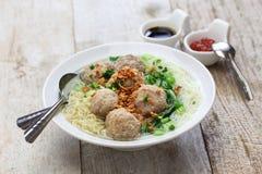 Bakso, minestra indonesiana della polpetta con le tagliatelle Immagini Stock
