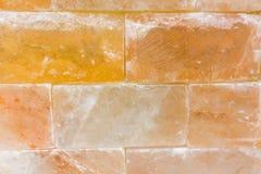 Baksteen achtergrondsamenvatting doorstond textuur van bevlekte oude lichtbruine gipspleister en geschilderde rode gele muur in l Royalty-vrije Stock Foto
