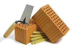 Baksteen en hulpmiddelen voor woningbouw stock afbeelding