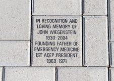 Baksteen ter ere van John Wiegenstein, EMF Plein, Nationaal ACEP-Hoofdkwartier, Dallas, Texas stock foto's