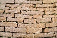 Baksteen uitstekende die muur met steen dicht omhooggaand/een Deel van architecturale achtergrond, rustieke materialen en textuur stock foto