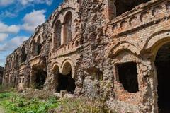Baksteen vernietigde muur Blijft van de bouw De ruïnes van oud voor Stock Foto