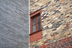 Baksteenhoek de oude venster verouderde bouw Stock Foto's