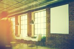 Baksteenkoffie met witte stoelen, gestemde affiche Royalty-vrije Stock Foto