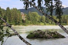 Baksteenplattelandshuisje in het bos op de bergrivier Katun Royalty-vrije Stock Afbeeldingen