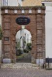 Baksteenpoort aan vroegere synagoge in versterkte Elburg Royalty-vrije Stock Foto's