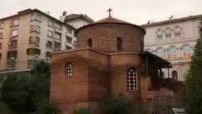 Baksteenruïnes van geestelijke erfenis van kerk in midden van woonwijk, geschiedenis stock footage