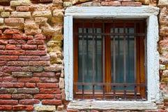 Baksteentextuur met een venster Stock Foto's