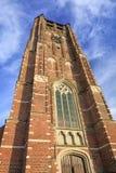 Baksteentoren van Saint Michelkerk tegen bewolkte blauwe hemel, Rafels, Vlaanderen, België stock afbeelding