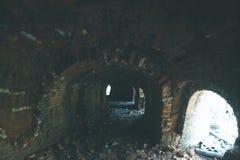 Baksteentunnels van een oude baksteenfabriek stock afbeelding