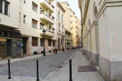 Baksteenzijstraat in Boedapest, Hongarije Stock Foto's