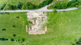 Bakstenen die in openlucht leggen De bouw van concrete stichting voor een nieuw huis Stock Foto's