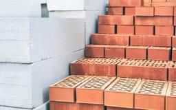 Bakstenen en geluchte concrete blokken Wit lichtgewicht concreet blok Rode baksteen Bundels van stro - dat voor met stro bedekte  stock afbeeldingen