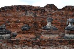 Bakstenen en vele oude beelden van Boedha Stock Afbeeldingen