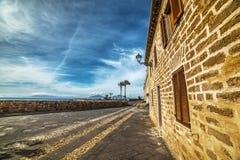Bakstenen muur in Alghero-strandboulevard stock afbeeldingen