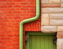 Bakstenen muur en Dakgoot Stock Afbeelding