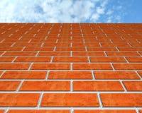 Bakstenen muur en de hemel. Stock Afbeeldingen