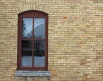 Bakstenen muur en een Oud Venster met Wit Gordijn royalty-vrije stock foto's