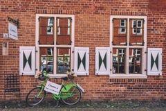 Bakstenen muur en Groene Fiets op Nederlands District in Potsdam Stock Afbeeldingen