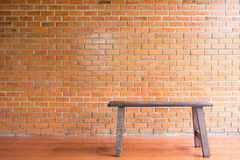 Bakstenen muur en stoel Royalty-vrije Stock Fotografie