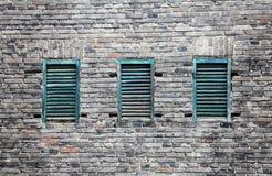 Bakstenen muur en vensters Royalty-vrije Stock Afbeeldingen