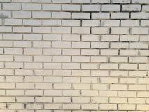 Bakstenen muur half witte kleur stock foto