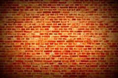 Bakstenen muur horizontale achtergrond met rode, oranje en bruine donkerrode bakstenen - Stock Foto