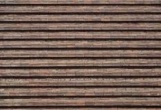 Bakstenen muur met afwisselende in reliëf gemaakte rijen elke twee horizontale rijen van bakstenen Stock Afbeeldingen