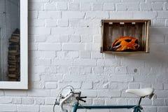 Bakstenen muur met decoratie in studio Stock Foto's